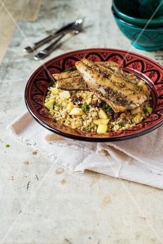Bass fillet with za'atar crust on a salad of green spelt with apples and dates