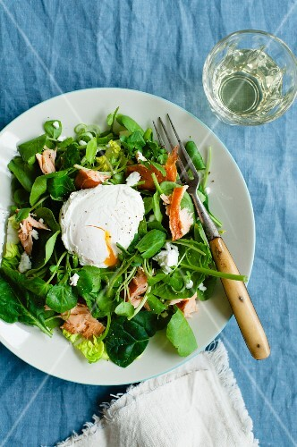 Mixed salad leaves with smoked salmon and a poached egg