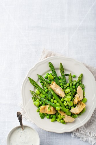 Spring salad with green asparagus, fat beans and artichokes