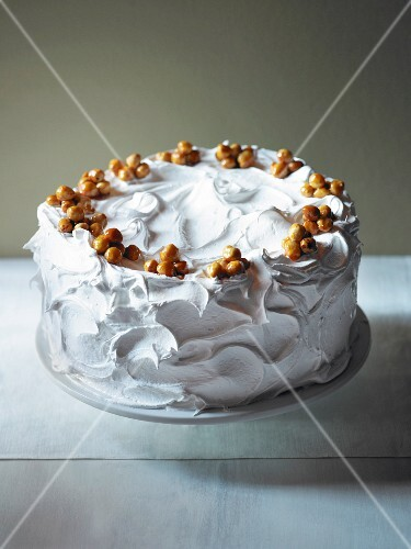 Layer cake with cream and nut brittle