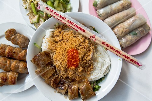Fermented rice noodles and spring rolls in a restaurant (Vietnam)