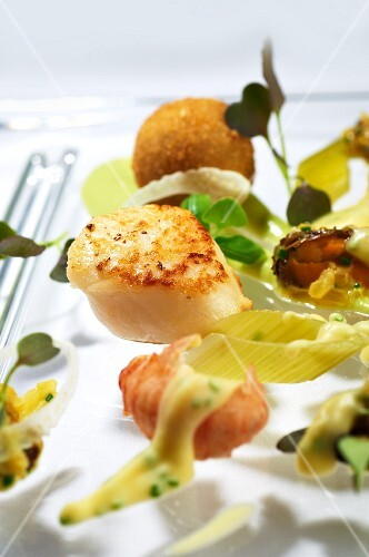 Fried scallops with celery