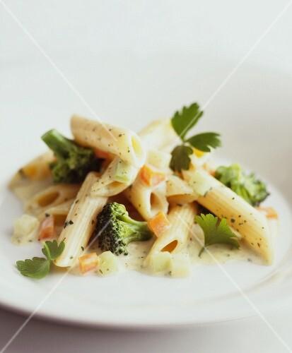 Penne with broccoli, carrots and kohlrabi