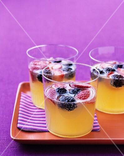 Ananas-Fizz mit frischen Beeren