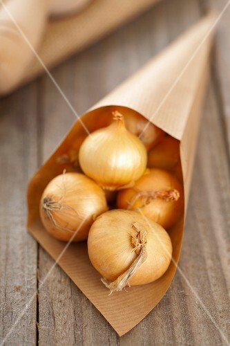 Silverskin onions (whole, with skin) in a paper cone