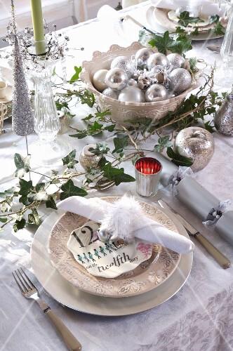 8ad6dac4db68 Festlich gedeckter Weihnachtstisch mit Deko in Silber, lindgrünen Kerzen  und Efeuranken