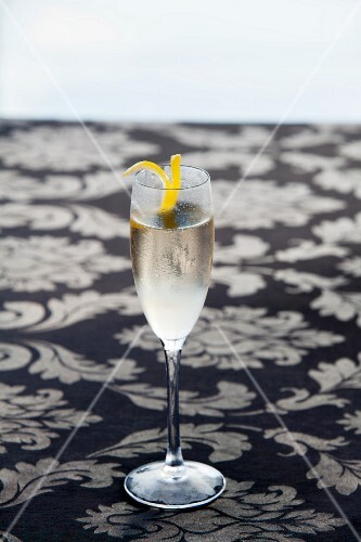 French 75 Cocktail made with gin, champagne and lemon juice