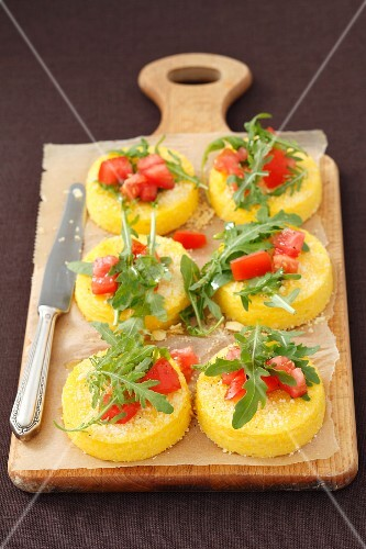 Polenta cakes with rocket and tomatoes