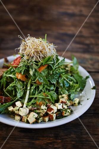 Salad leaves with smoked tofu