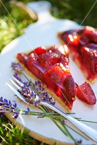Strawberry flan with lavender flowers