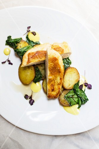 Crispy chicken breast with spinach and potatoes