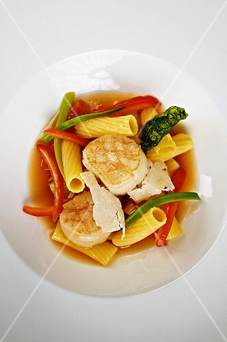 Penne with scallops and a tomato broth