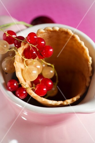 Ice cream cone with redcurrants and whitecurrants, in a jug
