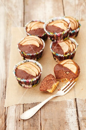 Mini cheesecakes with chocolate and pears