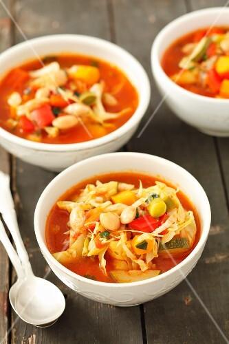 Minestrone mit Weisskohl, Zucchini, Paprika und Bohnen