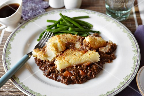 Cumberland pie with green beans (England)