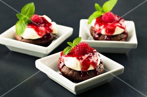 Cupcakes with cream cheese topping, raspberry sauce and mint
