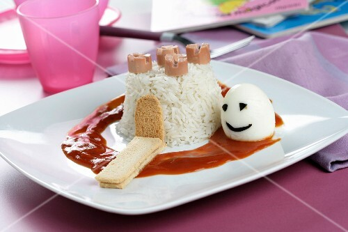 Rice fortress with tomato sauce and an egg