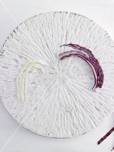 A few strips of whit cabbage and of red cabbage