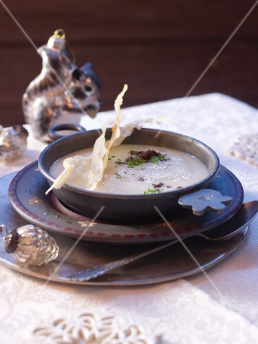 Cream of black salsify soup with bread crisps (Christmas)