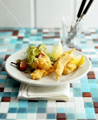 Deep-fried fillets of fish with salad leaves