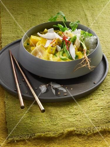 Mango-Bananen-Curry mit Paprikaschoten, Kokos und Reis (Asien)