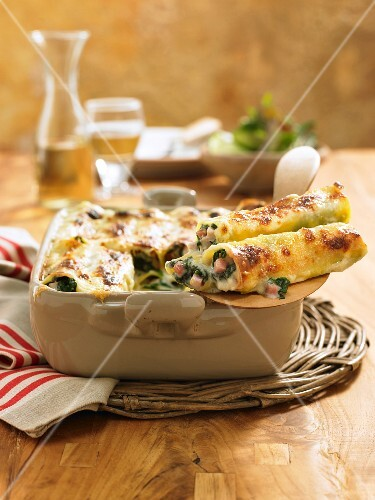 Cannelloni with ham, spinach and béchamel sauce