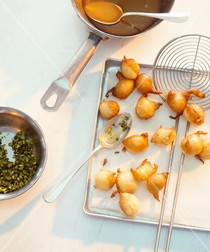 Deep-fried pearl onions with pistachios