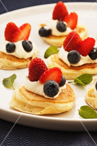 Pikelets with cream and berries