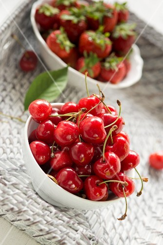 Kirschen und Erdbeeren in Schälchen