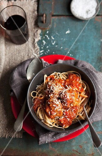 Spaghetti with meatballs and tomato sauce (view from above)