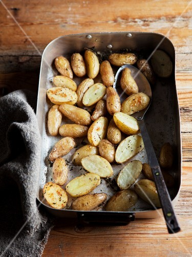 Oven-roasted early potatoes in the roasting tin
