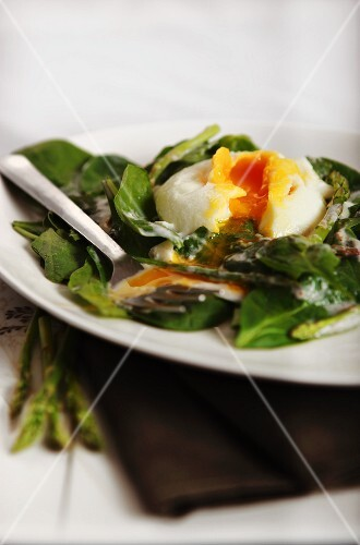 Spinach and asparagus salad with poached egg