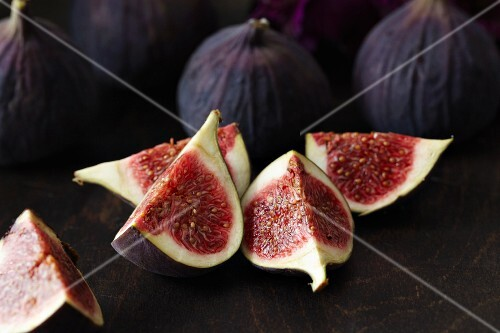 Fresh figs, whole and quartered