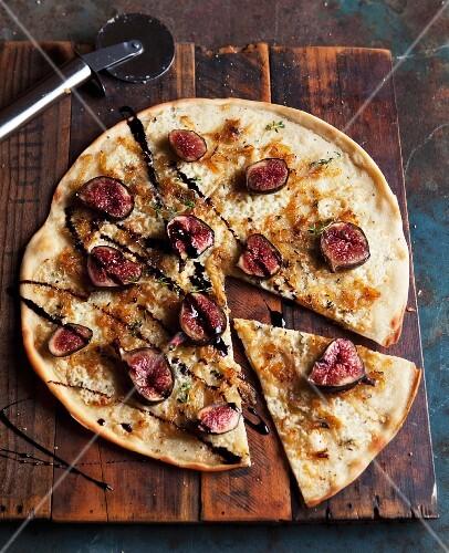 Pizza mit Blauschimmelkäse und Feigen