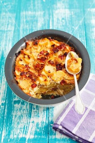 Potato gratin with bacon, onions and egg