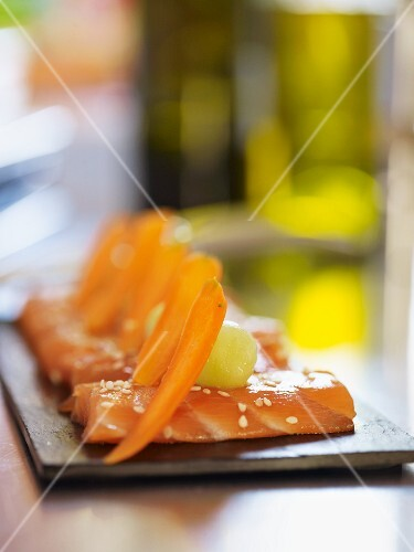 Salmon with sesame seeds and carrots
