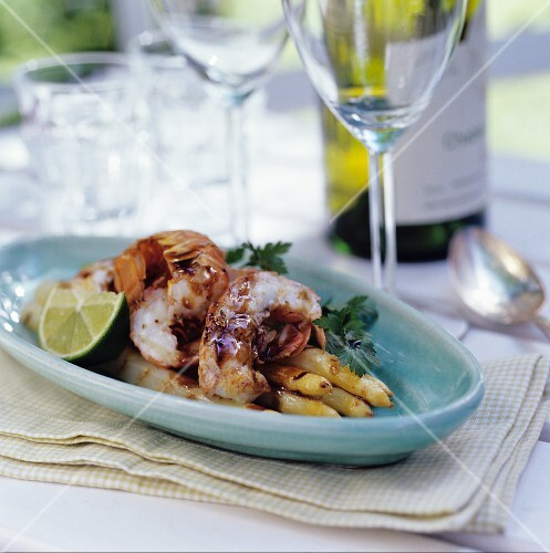 Grilled white asparagus with prawns