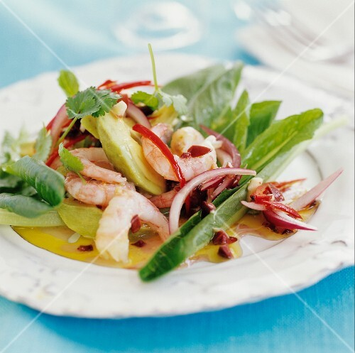 Prawn salad with onions and chillies
