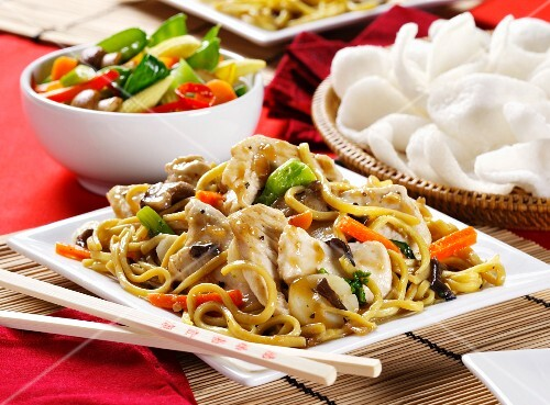 Fried noodles with chicken, vegetable salad and prawn crackers (China)