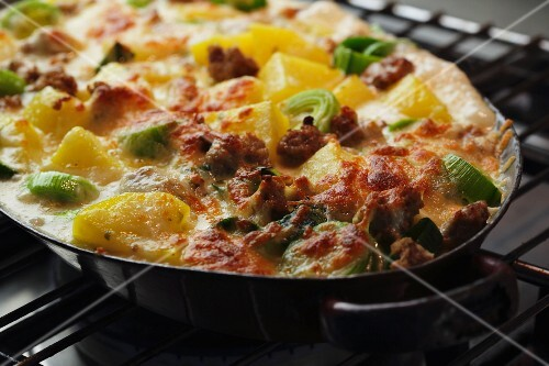 Minced meat and potato bake with leeks