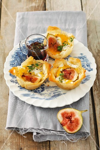 Filo pastry tartlets with figs and goat's cheese