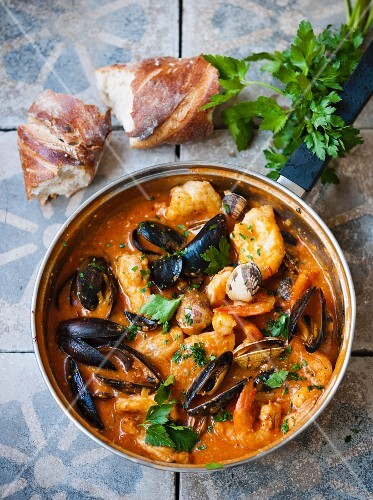 Pan-fried fish dish with mussels, tomatoes and prawns (Spain)