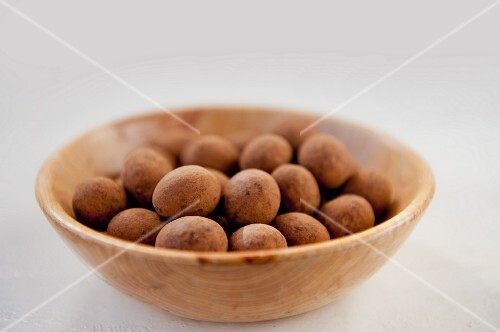 Cocoa & chocolate treats in a wooden bowl