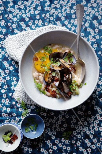 Bean casserole with mussels and fennel