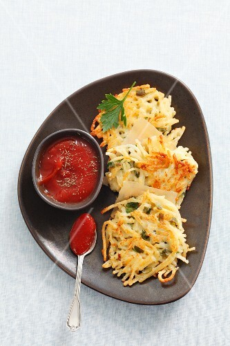 Spaghetti fritters with ketchup