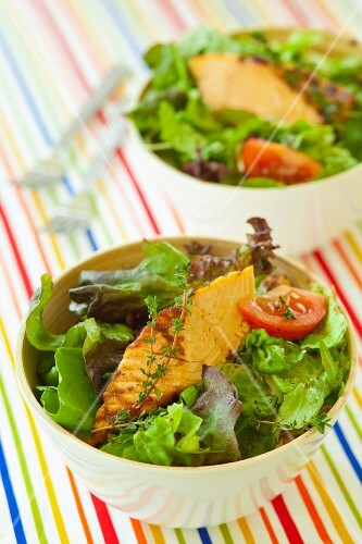 Salad leaves with fried tuna, tomatoes and thyme