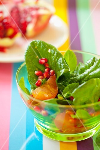 Spinach salad with grapefruit and pomegranate seeds