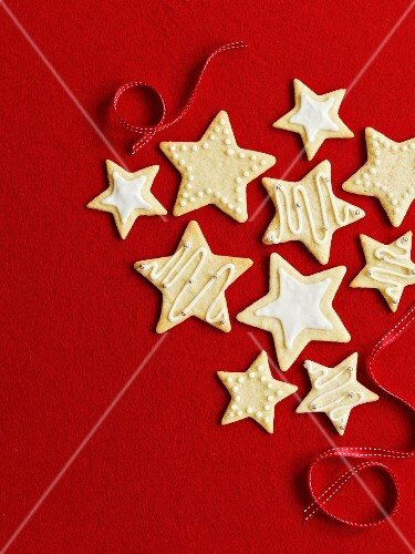 Star cookies for Christmas in front of a red background