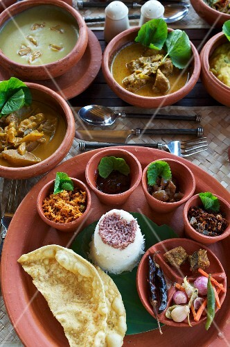 Ayurvedic food in clay dishes at the Jetwing Hotel (Vil Uyana, Sri Lanka)